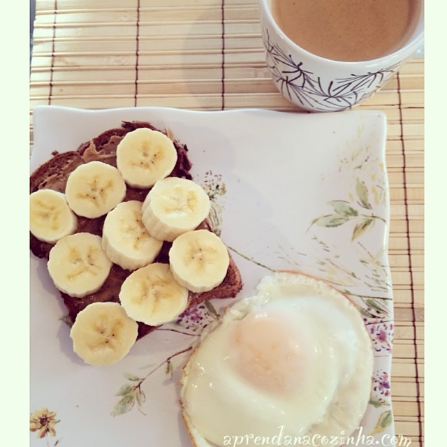 Pão com pasta de amendoim e banana e ovo feio na frigideira de ceramica sem óleo! ----------------------------------- Ezekiel Bread with peanut butter and banana, egg and coffee ! #comeeagacha #morning