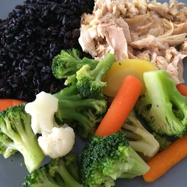 Arroz negro, frango, brócolis, cenoura, couve-flor  #lunch ---------------------------Black Rice, chicken and vegetables #comeeagacha